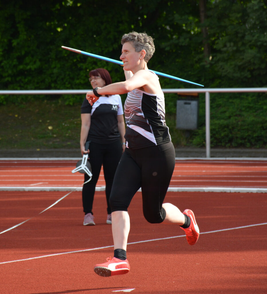 Silvia Huch von der LAV Zeven war mit ihrem Ergebnis im Speerwurf der Seniorinnen W 40 zufrieden. Sie warf das 600g schwere Sportgerät auf eine Weite von 23,70m und belegte in der Ergebnisliste den ersten Platz in ihrer Altersklasse.