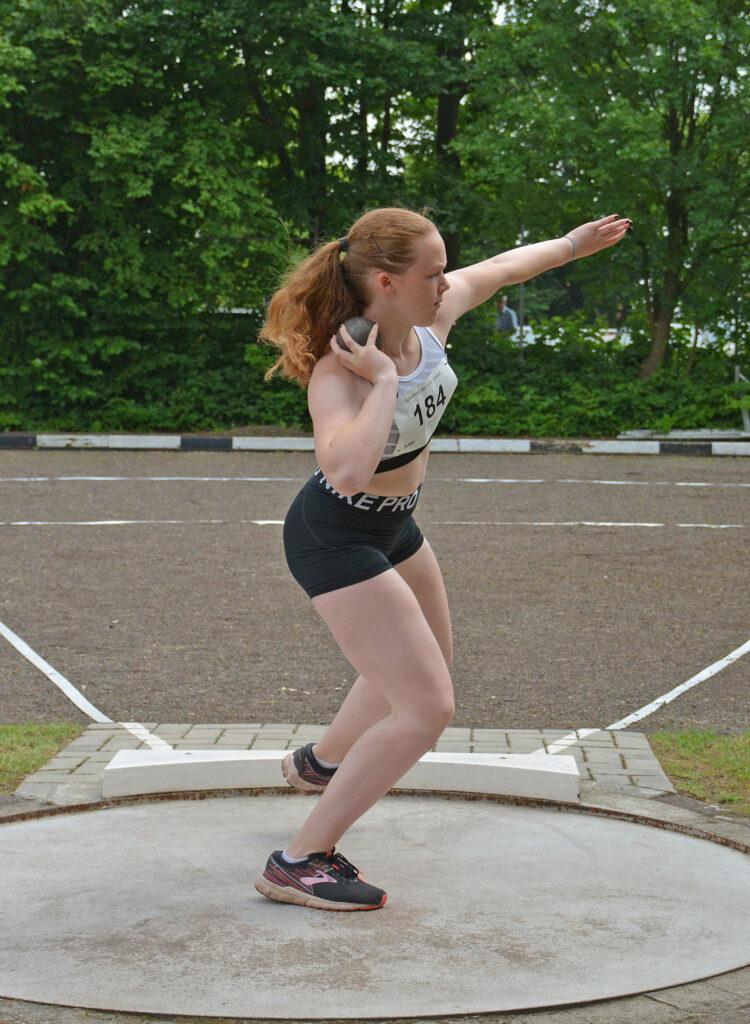 Luisa Lenz kam im Kugelstoß-Wettbewerb ihrer Altersklasse auf den fünften Platz.
