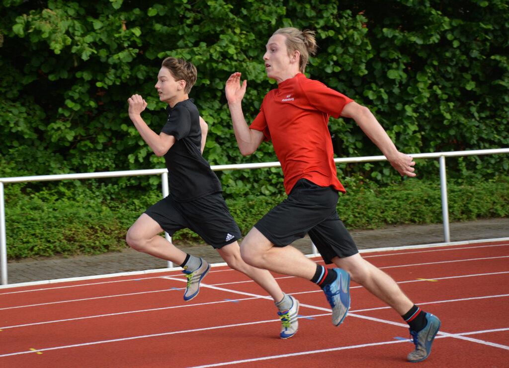 Paul-Benedikt Bartosch (re.) und Noah Alexander Meyer von der LAV Zeven lieferten sich über die 100m-Distanz zeitweise ein knappes Rennen.