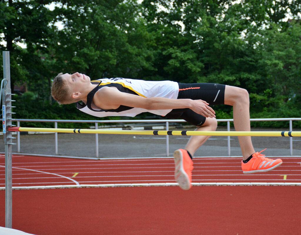Linus Hennig (LAV Zeven) übersprang im Hochsprung 1,60m und gewann klar im 4-Kampf (100m-Weitsprung-Kugel 4kg-Hochsprung) der MJ U16 .