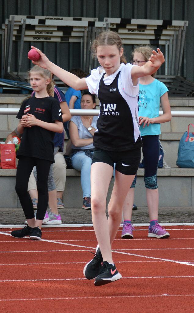 Die LAV-Aktive Valerie Fehlandt siegte im 3-Kampf (50m-Weitsprung-Schlagball) der weiblichen Kinder U12 W11.