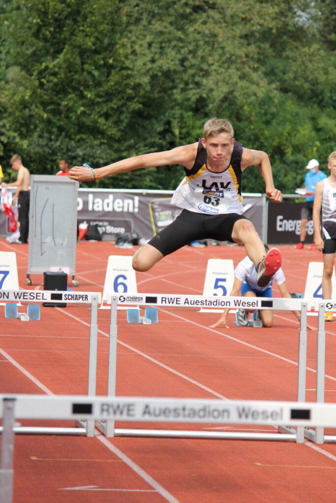 Linus Hennig – hier beim Hürdenlauf – trat in Wesel in der Altersklasse M14 an.