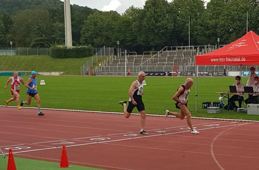 Zieleinlauf 100m der M70. Es gewann Helmut Meier vor Karl Dorschner