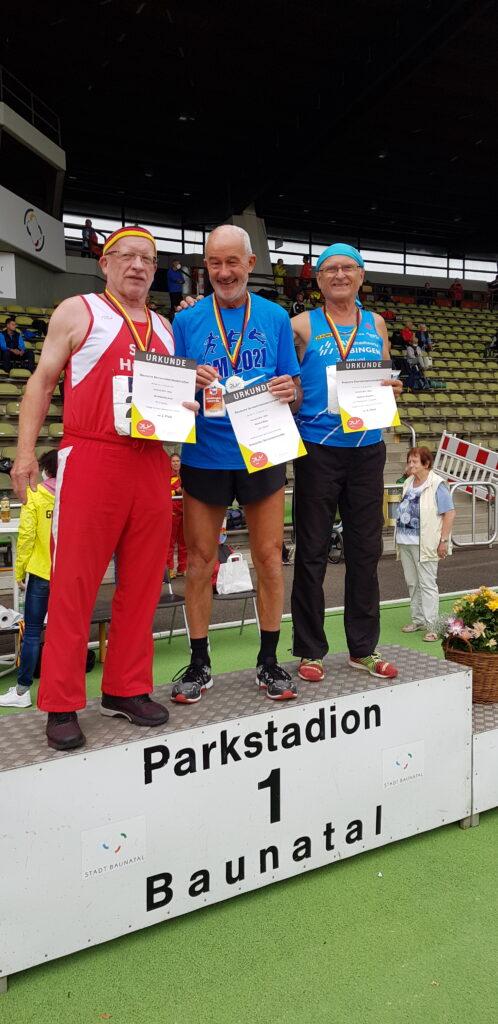 Siegerehrung 200m der M70: Winfried Heckner, Helmut Meier und Zygmunt Bogdan (v.li.)