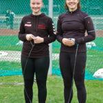 Dunja Eileen Wagener (li.) und Lena Behrens verbesserten jeweils ihren eigenen Kreisrekord im Hammerwurf.