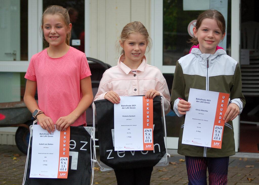 Die Siegerehrung für den 3-Kampf (50m-Weitsprung-Schlagball) der W09 war eine reine LAV Zeven-Veranstaltung.  v.li.: Isabell van Stetten (3. Platz, 648 Punkte), Victoria Gerbert (Siegerin mit 754 Punkten) und Olivia Hitschke (2.  Platz, 724 Punkte).