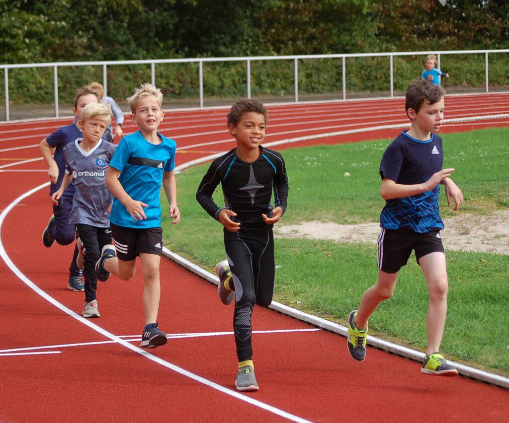 """Insgesamt standen beim """"Sportfest der verpassten Möglichkeiten"""" vier Läufe über 800m für verschiedene Altersgruppen auf dem Plan."""