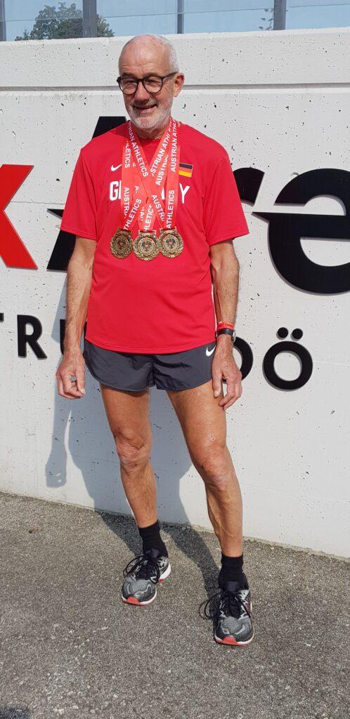 Helmut Meier mit den Medaillen