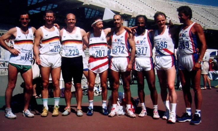Zweiter von links: Jürgen Umann Silbermedaille mit der Deutschen 4x100m Staffel in Athen/Griechenland. Hier die Deutschen und Englische Staffel